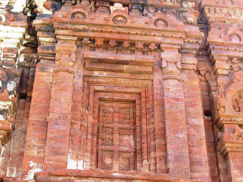 The inside has the Mandap (shelter), Antraal (passage) and Garbha Grih (the main house). The Archaeological Survey of India has established a museum in the temple premises,