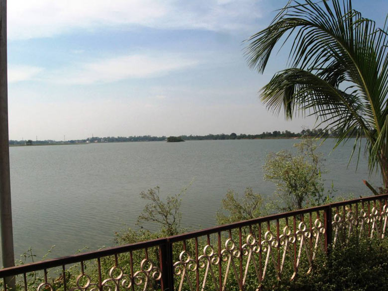 Jagdalpur Dalpat Sagar Lake - This lake was dug around 400 years back, and there is a temple of Lord Shiva in the middle of the lake, which attracts a lot of devotees during Shiva Ratri.