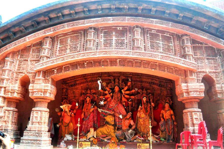 Many pandals recreate various temples and monuments of India and abroad. At the Ballygunge Cultural puja, an old terracota temple of Bengal has been created, complete with very detailed designs.