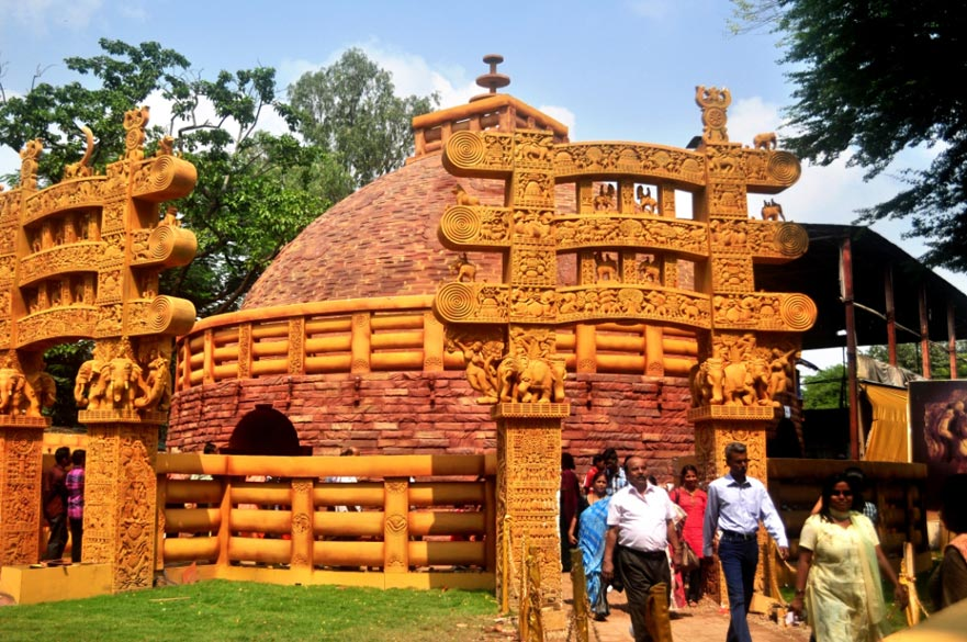 At the Jodhpur Park pandal, an excellent replica of the Sanchi Stupa of Madhya Pradesh was created. Within the pandal, the decorations focussed on the life of Buddha.