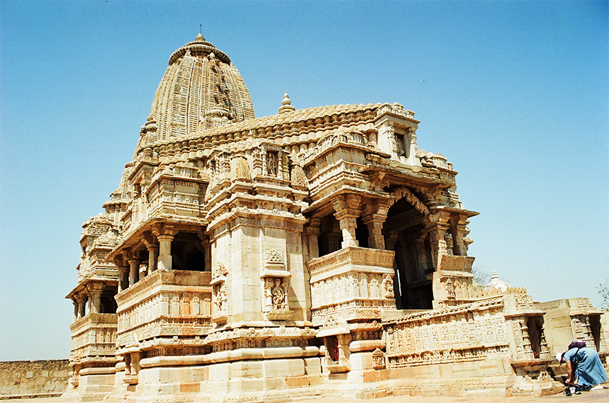 Kumbhaswamini mandir: Originally dedicated to Varaha, this mandir was renovated by Maharana Kumbha (1433-1468 a.d.). Raised on a high plinth it comprises of a sanctum, a mandapa, a portico & an open pradakshinapati area. The sanctum appears to be original & shows bold podium moldings decorated with sculptured niches. The roof of the mandapa is in the form of a pyramid while the sanctum is crowned by a tall shikhara. The interior of mandapa is composed of 20 pillars. You see the mandir.