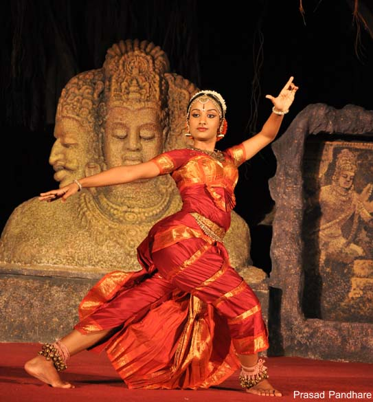 We present the Kuchipudi dance, a traditional form of Indian dance from the state of Andhra Pradesh. Artists are the respected Raja and Radha Reddy and Yamini / Bhavana Reddy. U see Yamini - Lord Shiva - The one who is adorned by the Chandra (half moon) on his head.