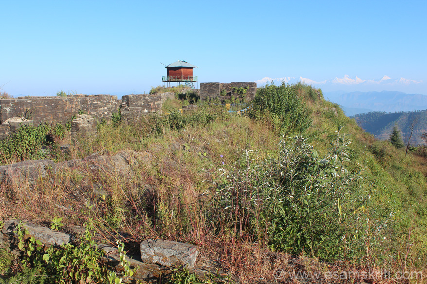 About 15 kms from Mayavati Ashram and 7 kms from Lohaghat is Vanasur Fort. From the road you trek one km to fort top. U see the fort top. Structure that u see is more like a tower to get