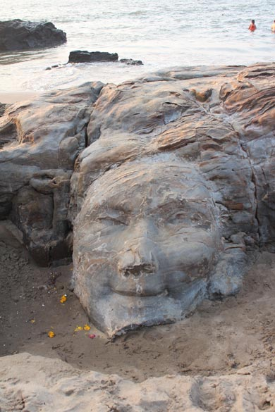 In the evening a friend took to me the Vagator Beach so sharing some pics. U see a human face carved out of the rock.