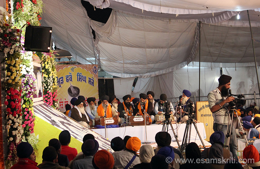 On the eve Hola Mohalla huge crowds had gathered at Sri Keshgarh Sahib. Inside the Gurduwara kirtan was going on that you see - with large number of devotees listening some with eyes open others closed meditating.