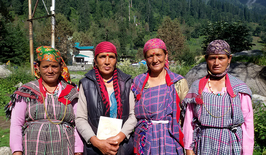 Solang Valley. Like the ladies in pic 2 they dress tourists in Himachali clothes. Unlike the ladies in pic 2 it took me about ten minutes of pleading before they agreed to be clicked.
