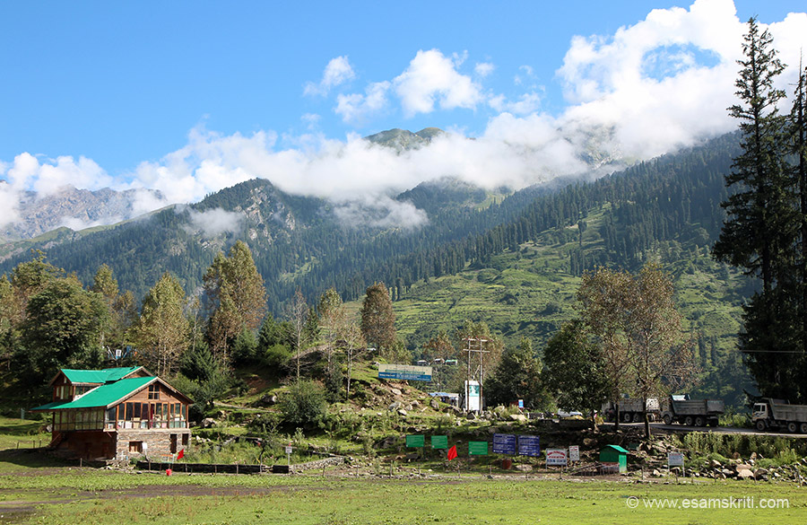 On reaching the base walked to bus stand and decided to walk / take a lift back to Manali. View enroute.