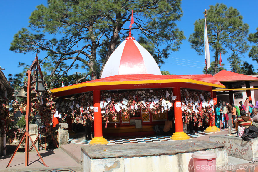 Kasar hill is on the route to Binsar. On the route to Jageshwar mandir is the Golu Devta temple in Chitai that you see. It is 8kms away from Almora. Devotees from far pray here asking