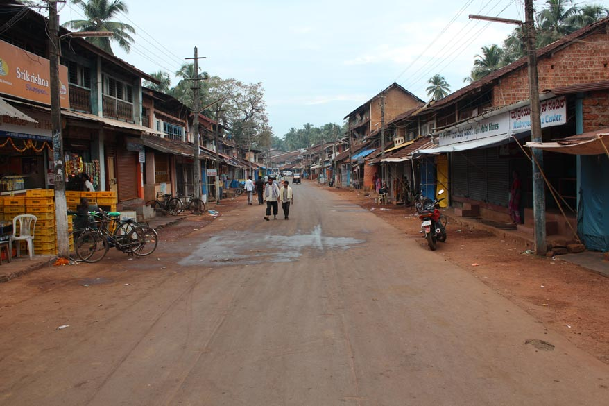 This is Car Street the main street in Gokarna. It goes straight and takes a slight detour to the left that u see shall in the next pic. A few scenes from Ajay Devgan movie Singham were shot on this
