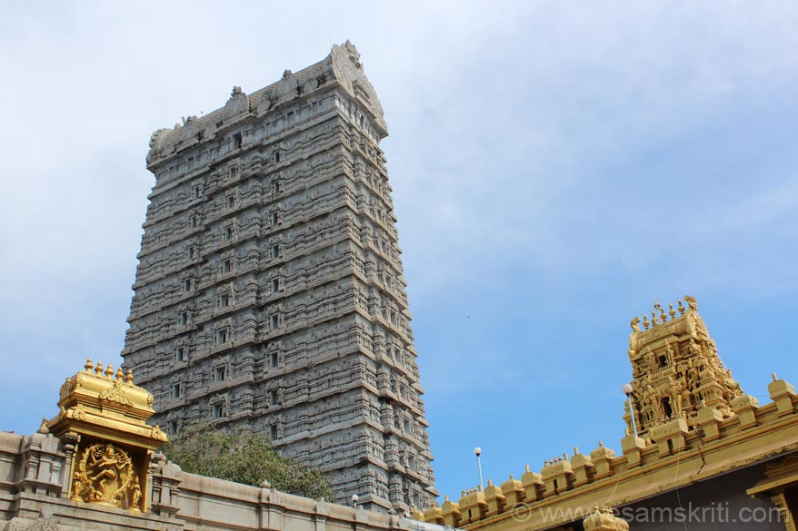 Taken pics from different angles. This one is from inside the Murdeshwar temple. Left is an image of Nataraja, centre is Raja Gopura and right is gopura ka temple entrance.