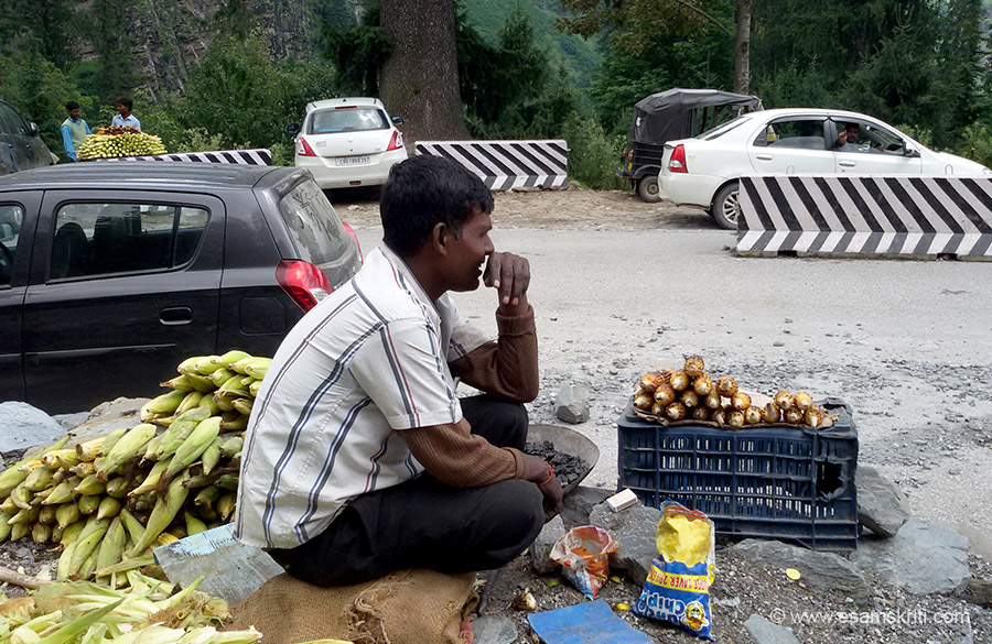 Solang Valley base this bhutta seller from Uttar Pradesh. We came together in the bus from Manali. When the bus conductor asked him to pay for coal kept on bus top, looked at him 