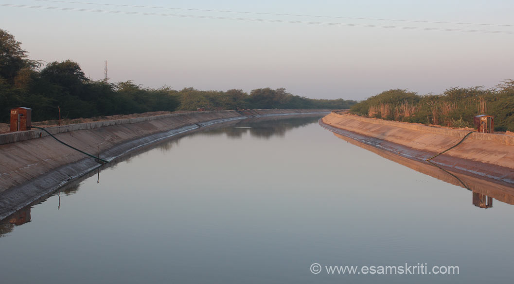 This section of the Indira Gandhi Canal is near Jaisalmer ie atleast 250 kms away from the earlier canal that u saw. The canal serves different purposes. One, it brings water to the border areas which in turn improves the quality of life and