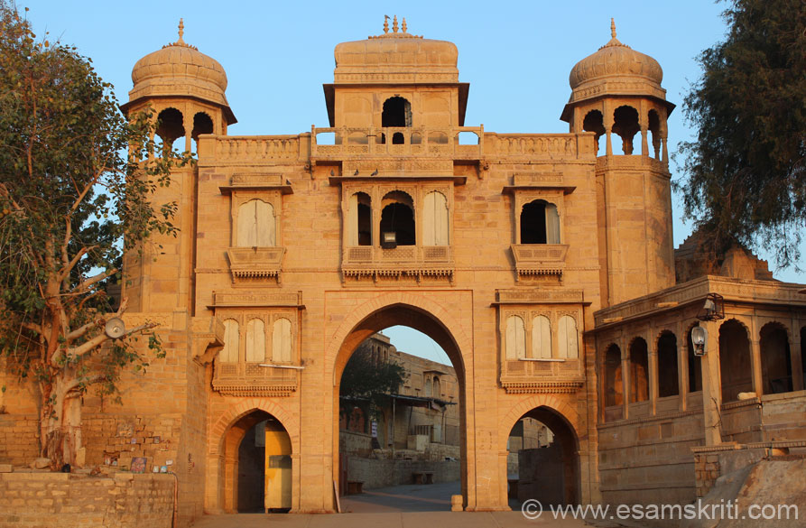 This is a beautiful arched gate at the entrance to Gadisar Lake. Loved its colors against the rising sun. This collection covers Gadisar Lake, ruins of Kuldhara & Khabha, Vyas Chhattris