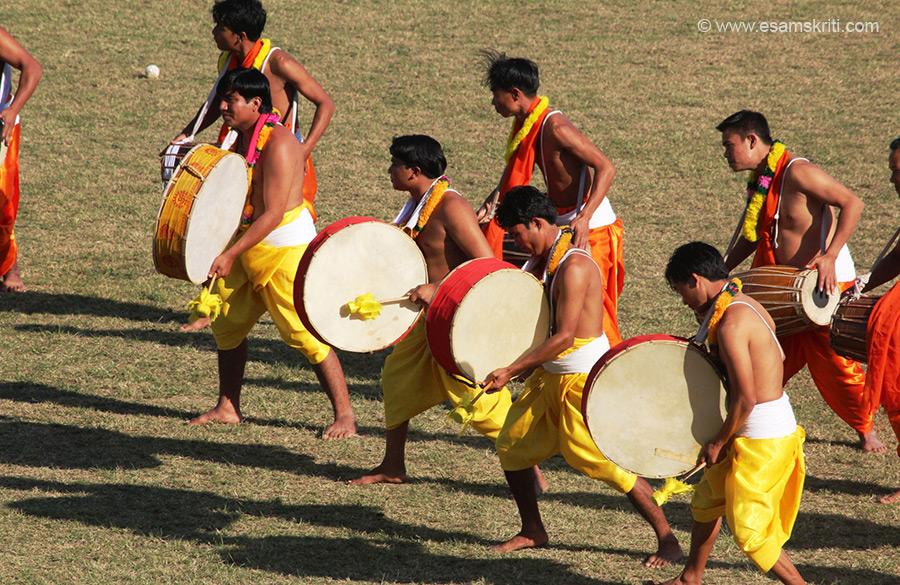 "Dhol/Dholok Chollam is a part of festival celebrations. To see Lathmar Holi at Barsana in Uttar Pradesh  <a href=""http://www.esamskriti.com/photo-detail/Lathmar-Holi-Barsana.aspx"" target=""_blank"">Click here</a>"
