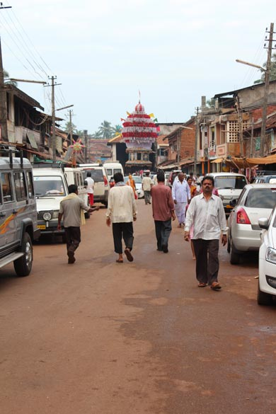 End of pic u see a Ratha (chariot). That is why perhaps the street got its name. During Shivaratri (Feb March) the deity of Lord Shiva is placed on the chariot. Road is for ever crowded with vehicles and people.
