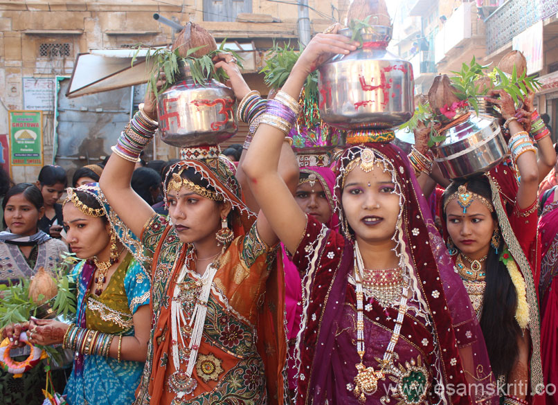 Local girls are part of the Shobha Yatra (ceremonial procession), add color to the festival. Ladies in Kalash Yatra. This tradition is very popular in Rajasthan for any cultural and religious  function for eg if there is Gangaur function or a Bhagwat Geeta talk or kisi ne Teej ka undyapan kiya that purpose ke liye and so on. Girls and ladies carry kalash on their head and form part of a procession from temple to home or vice versa depending on the occasion. Doing so is considered Shubh or auspicious.