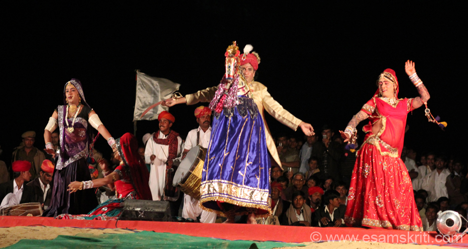 This is Kacchi Ghoda dance by Shashi Kumar from Bikaner. Very nice. To know about Kacchi Ghodi Dance <a target=_blank href=http://www.dancesofindia.co.in/folk-dances-india/rajasthan/kachi-ghodi.html>Click here</a>