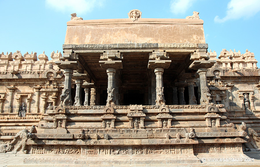 The south side view of the Muhamandapam has five niches. (Agni, Indra, Brahma, Vishnu and Vayu).