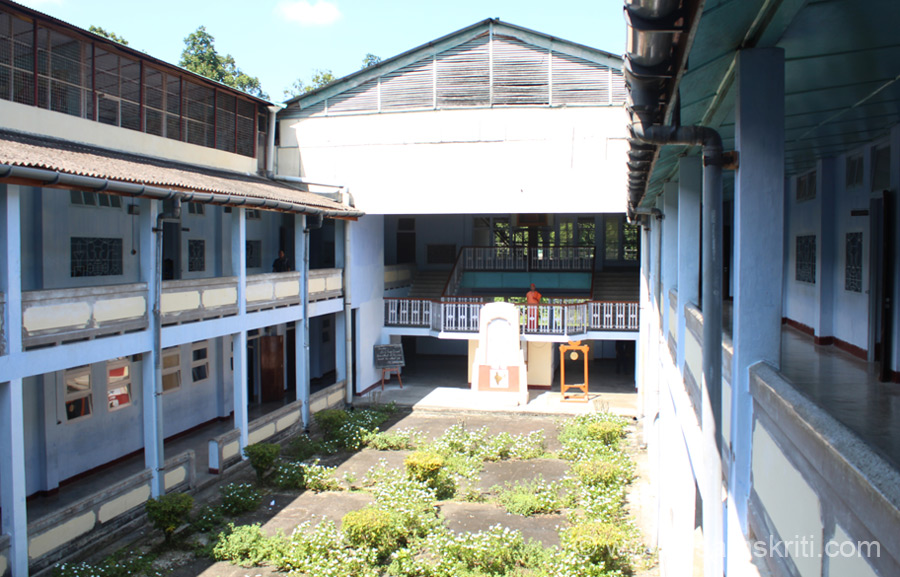 This is where the morning Assembly is held. Students stands on both sides of the corridor with the Principal in the centre (u can see Swamiji standing there). I reached late (was busy walking around coffee plantation in the campus). This bldg was designed by a Mumbai based architect in the 1970``s.