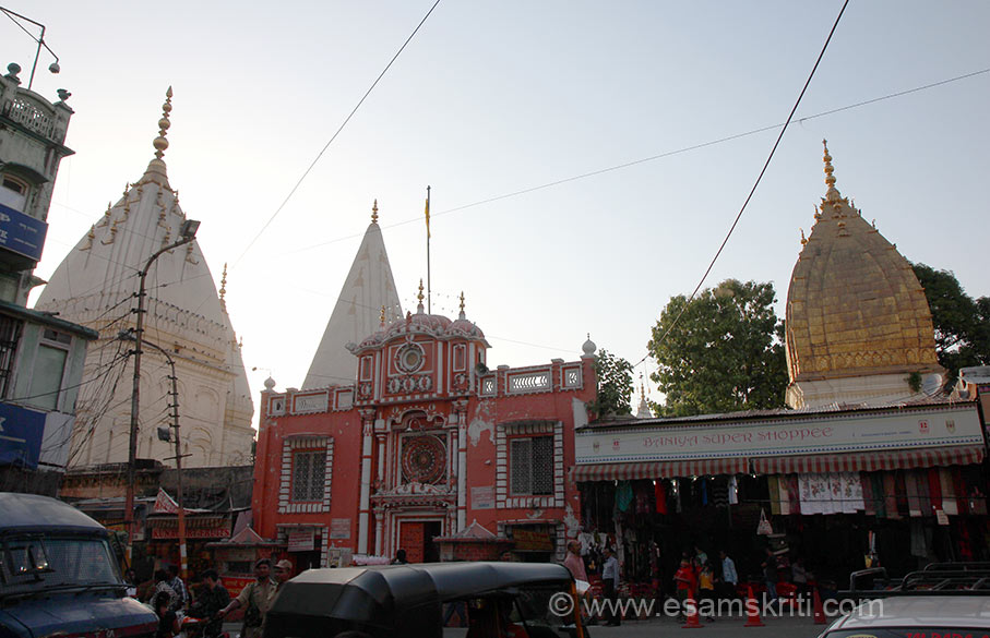 Shri Raghunathji Mandir is perhaps the most famous temple of Jammu. It was built in 1857 by Maharaja Ranbir Singh. The main temple has images of Shri Rama, Ma Sita and Shri Lakshmaniji. There are many galleries with lakhs of saligrams. The temple has a Sanskrit library with rare manuscripts.