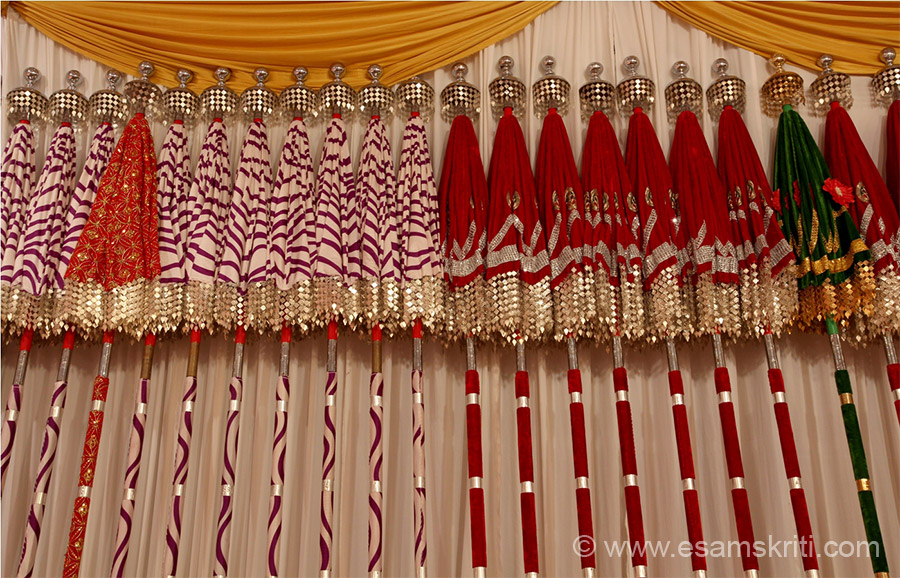 On display different designs and colors of umbrellas (kuda).