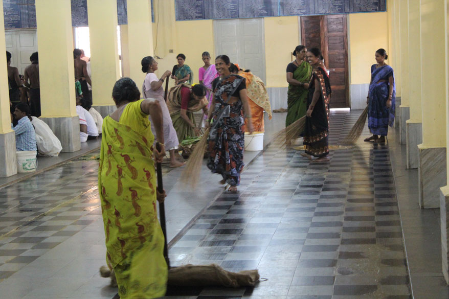 In the Mutt the entire eating area is swept after a group of devotees finished their meals like what you see (this pic is Subramanya Temple but concept is same). I did not see that in the Temple  because of which