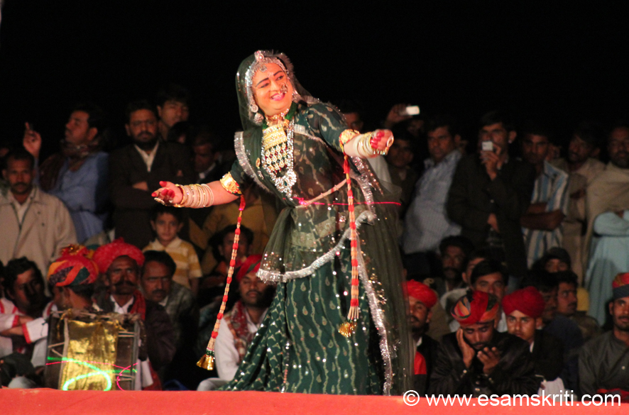 This I think is Lok Dance by Swaroop Panwar from Barmer. This lady performed very gracefully.