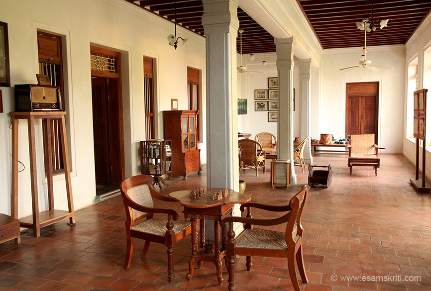 Walk through the courtyard into this hall where you can play chess, read the newspaper or just relax.