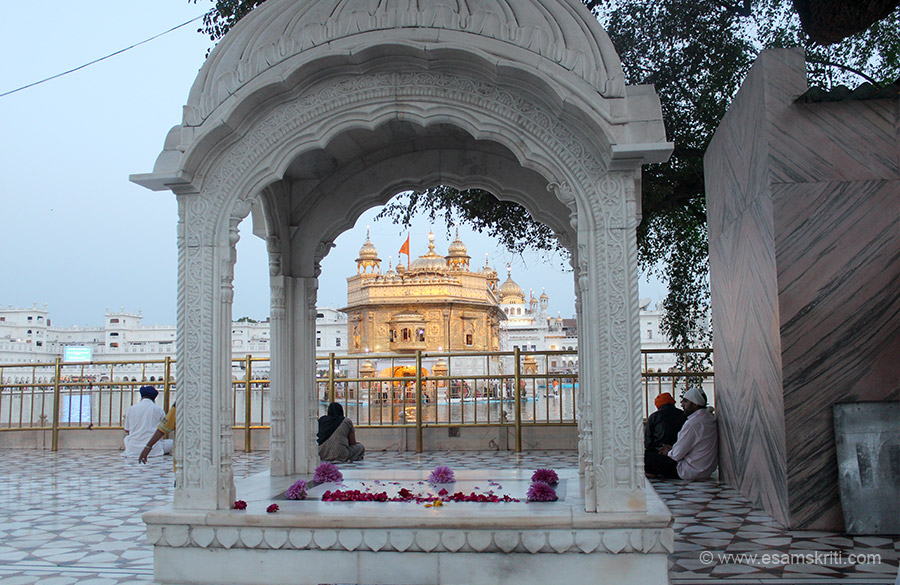 A view of the Hari Mandir through the arch. The foundation of the Mandir was laid in January 1589, completed in 1604 and Guru Granth Sahib was installed in Aug-Sept 1604. Baba Budha was appointed as