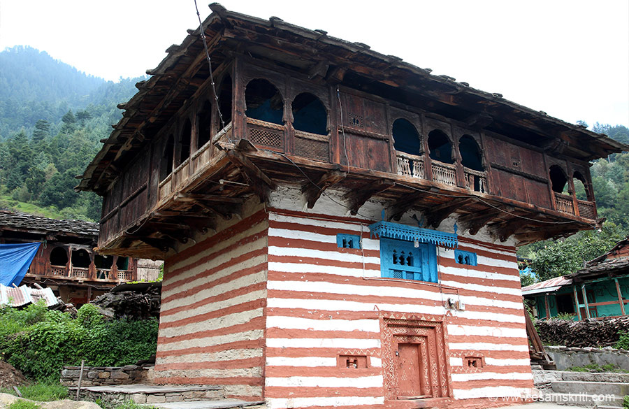 After offering pranams at Hidimba Devi walked to old Manali. Took about 15 minutes. Once you cross the river enter old Manali. It has lots of hotels, cafes and locals as well. Mostly foreigners