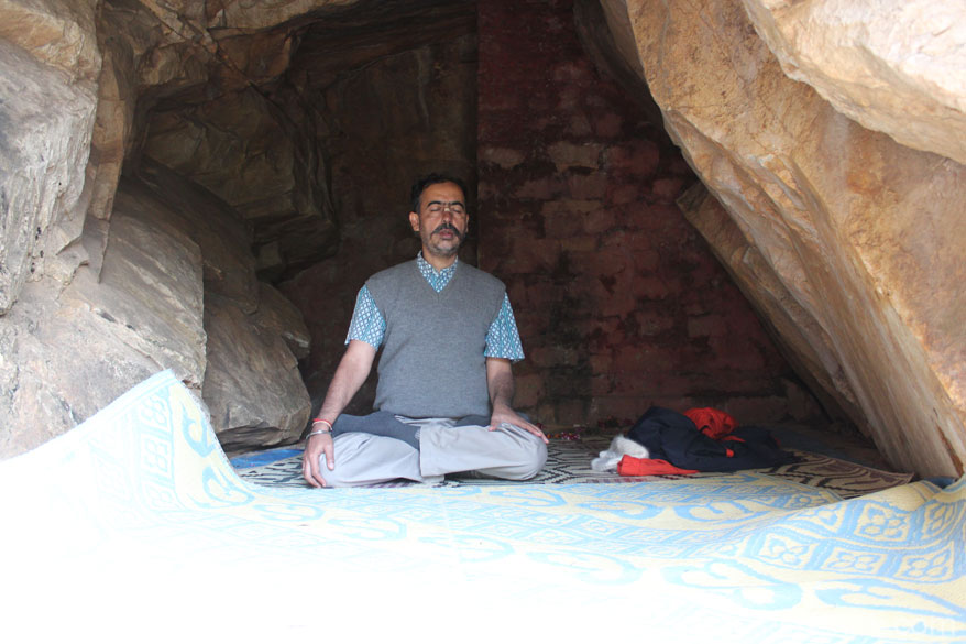 It is quite a big cave say about 30 feet length and 8-10 width at the maximum. I spent one hour meditating there. To read article on Kriya Yoga & Babaji <a target=_blank href=http://www.lifepositive.com/spirit/traditional-paths/kriya-yoga/mahayogi.asp>Click here</a>