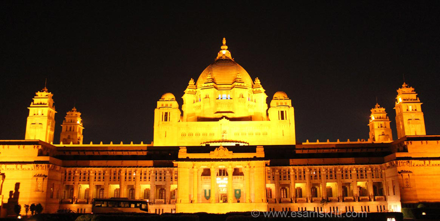 This pic was taken about 8 pm when the palace is fully lit.