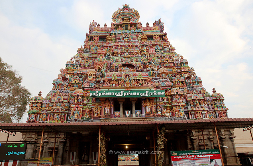 Gopuram 3. This must be Ranga Gopuram I think. Till here there is a market, from here actual temple starts. What is written in Tamil is SRI RANGA, SRI RANGA, SRI RANGA.