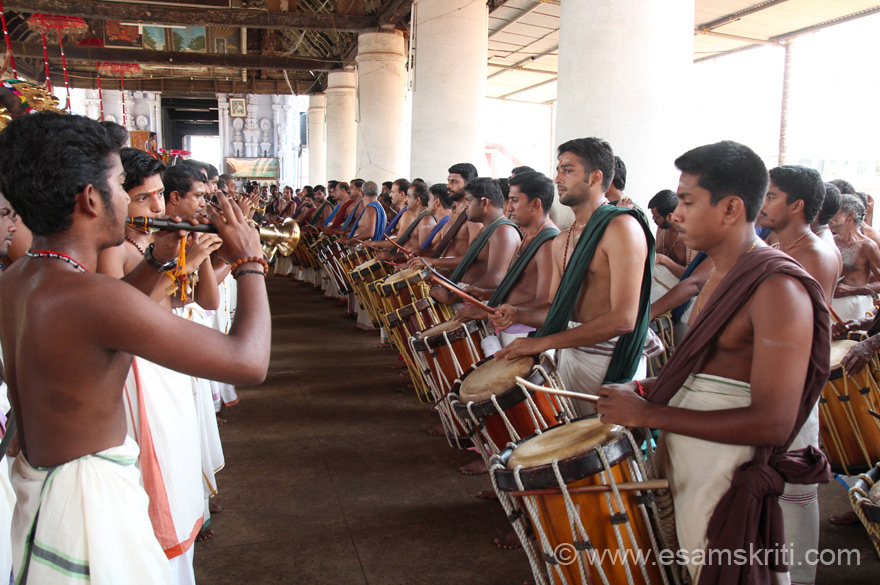 View of musicians from the western side, left is Kuzhal (like shehnai) and right is Maddhalam. Seeing their synchronized efforts was an experience. ``The lord at Koodalmanikyam is Chathurbahu Vishnu with Conch, Chakra, Gada and Japamaala``.
