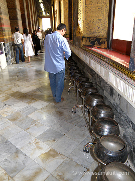 As I walked around the reclining Buddha room saw people making change and keeping one bath into each black bowl. It is a way of showing compassion for the needy.