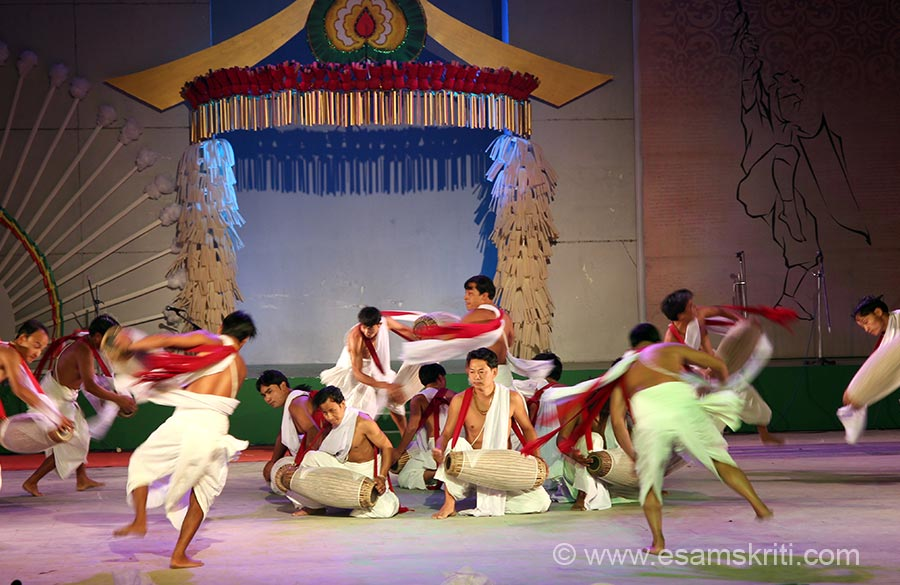 "When performance starts they wear turbans. During performance it falls off. Then a few sit in the centre and the others jump in the air like u see. To read about Dances of Manipur <a href=""http://ezccindia.org/manipur.html"" target=""_blank"">Click here</a>"