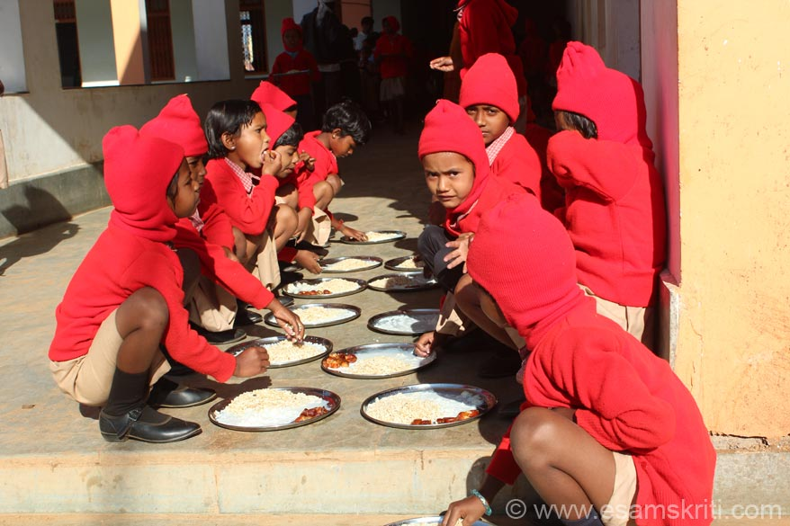 All children get breakfast. That day these cute kinds were given milk, kurmura, dates etc. So happy to see kids form a line, take their plates, clean it and then wait to be served. Admire the 