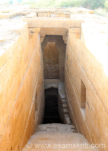 This is not a huge step-well or baori like what we see in Bundi, Jaipur, Amdavad. In front are steps that lead u some 30-40 feet below to a well that s\tored water. It is said to be 200 years old.