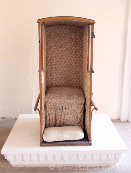 Normally palanquins were horizontal meaning you sat in them. With the advent of British rule and chairs the habit of sitting down was probably replaced by sitting on chairs. This is a sitting