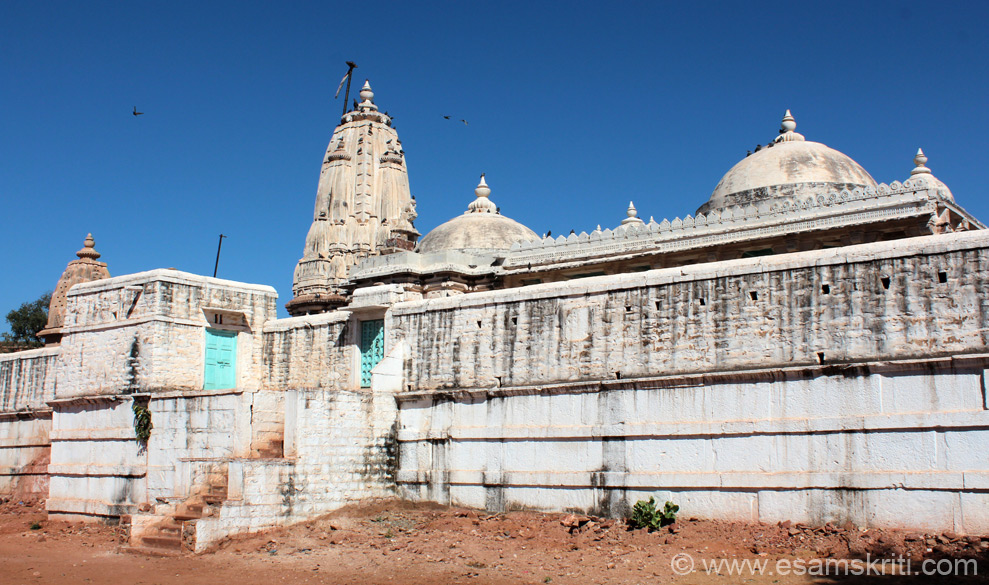 U see Teevali Jain Mandir i.e. about 25 kms from Osian. Temple was closed since priest had gone to Jodhpur. Here too there was a mosque ie in front of the temple.