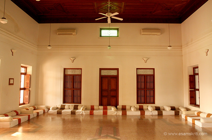 On the 1st or 2nd floor is a huge hall where the family chat. Very different in style from what one sees elsewhere in India.