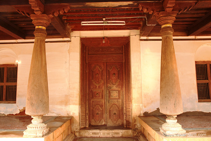 Wooden pillars with entrance door. Locals said few mansions are occupied today. Most people moved to Chennai, Bangalore etc and come here for religious functions or weddings.