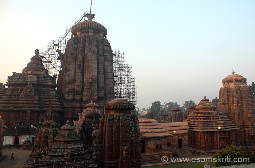 Earlier pic was main temple with others on eastern side, this one is temples on western side. Known as Krittivasas Temple dating back to the reign of Anantavarman Chodaganga of the 