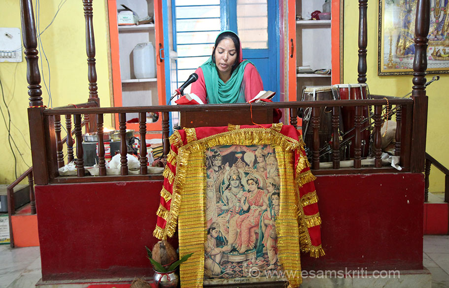 Devotee reciting Ramcharitra Manas. It was this recital that woke me up at 6 am. Loved it. She recites very well. To read Travelogue on Vaishno Devi 