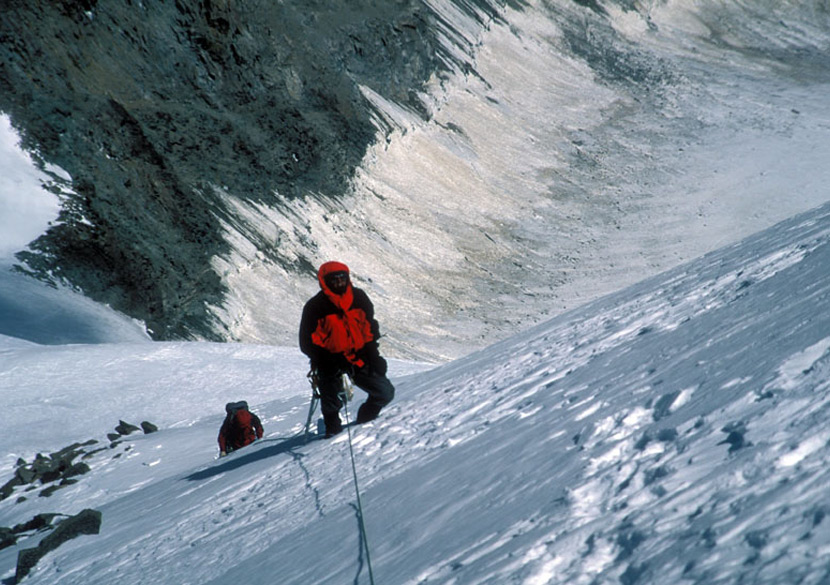 On Sept 19 7am started climbing. Although the route ahead was not very steep, we had to fix three rope lengths due to the hard ice below the thin layer of snow. A strong 