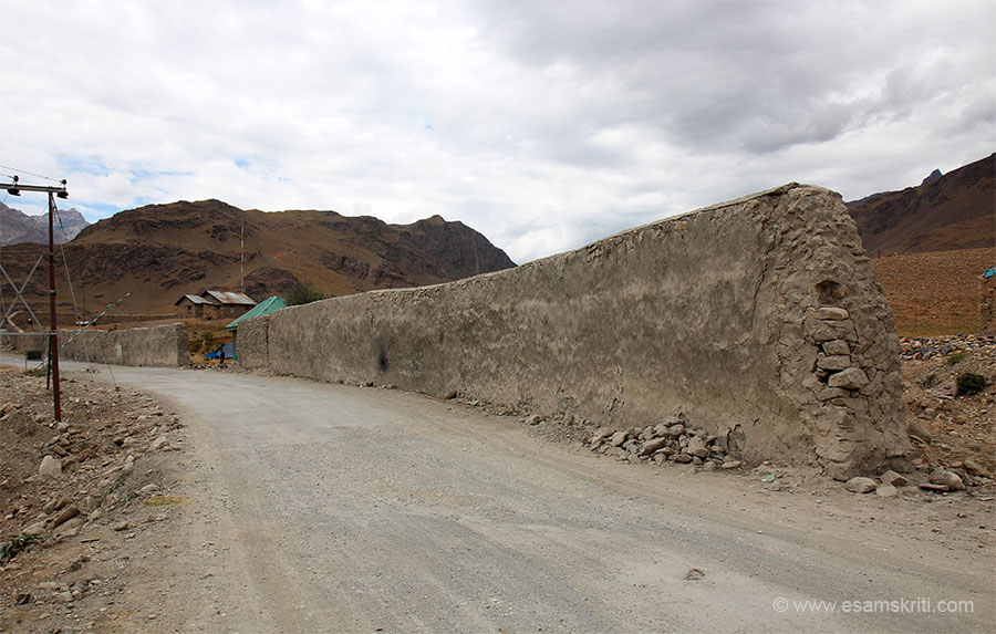 Road about a km ahead of Drass town enroute to Sonmarg. Showing this pic because wall that you see was made overnight to protect vehicles from constant Pakistan shelling. Rogers to the 