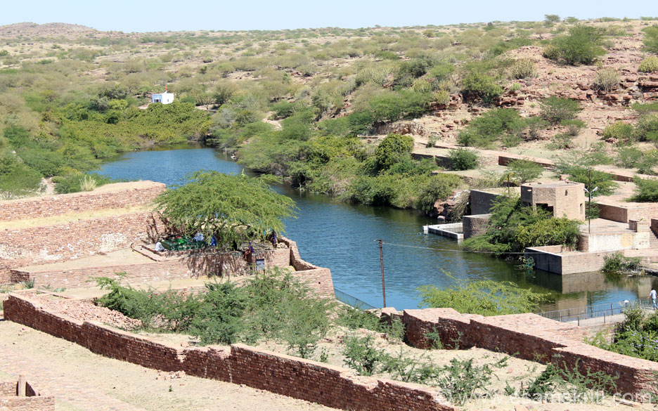 On the right is a large water body. Found the existence of a pond/water body in all Rajasthan Forts. Ones in Chittorgarh and Amber are really big. Our ancestors practiced rain water harvesting centuries ago. Left of pic front you 