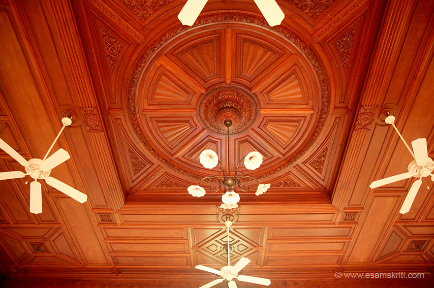 Amazing work on ceiling and very well maintained as well.