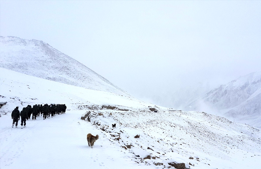 Jawans walking on the glacier. U need to walk kms to reach post points. Jawans go thru acclimatization program in three stages at 3 heights so gives body time to cope with change. They are