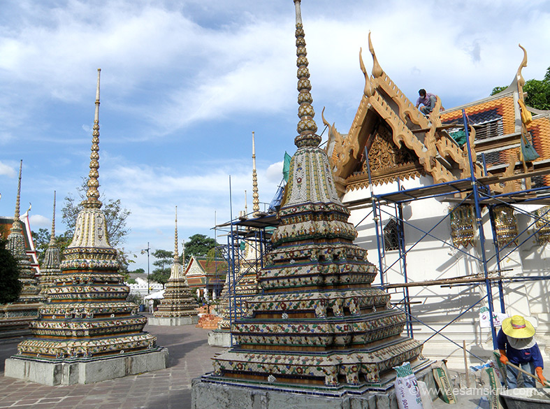 The complex has a number of pagodas that you see which have ashes of renowed monks.